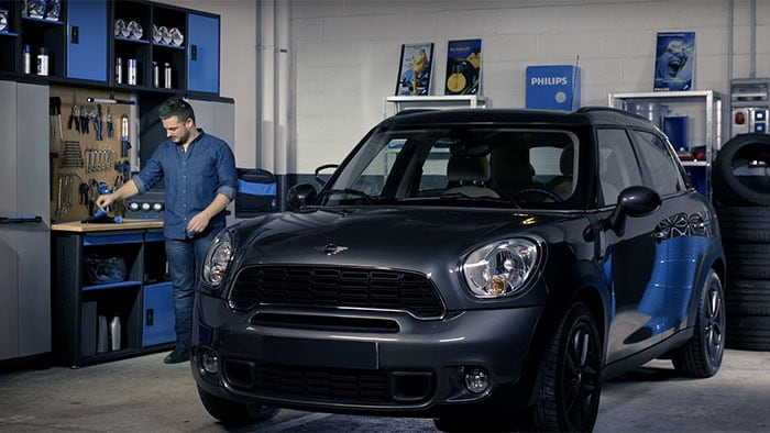 Como substituir as lâmpadas para faróis do Mini Cooper Countryman